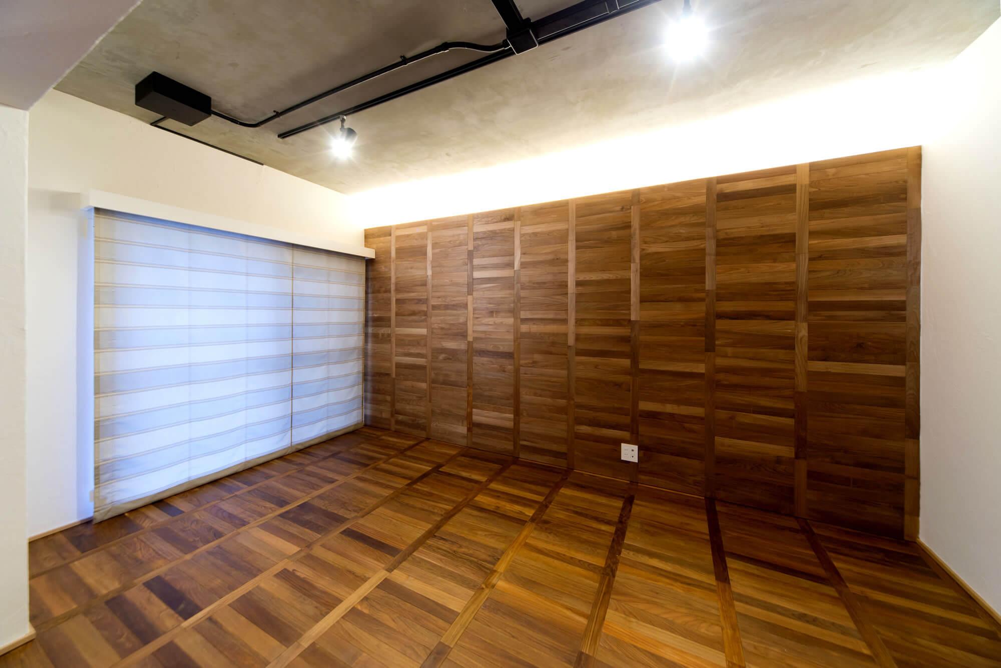 床と壁が同じ木目のリビングの画像