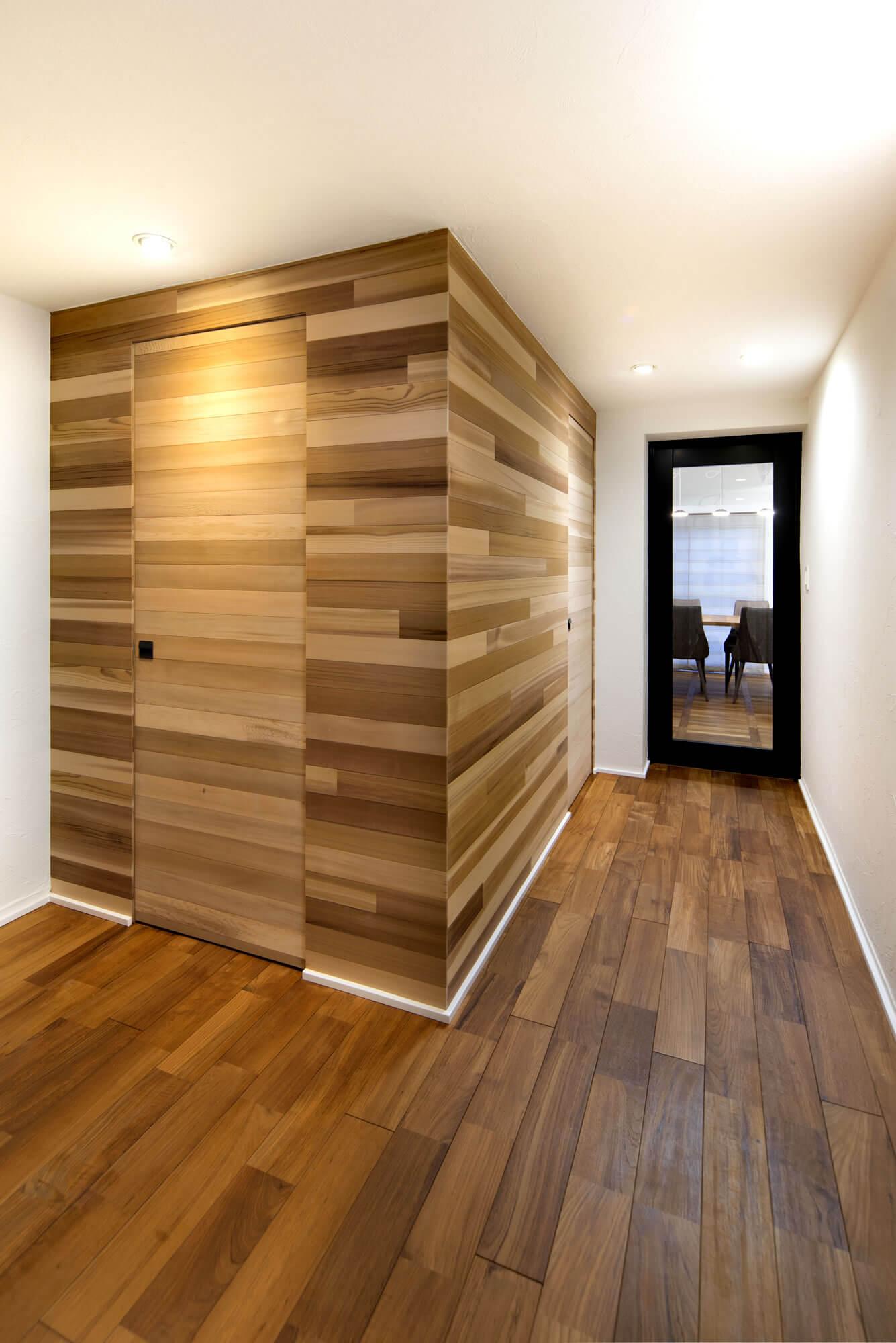 木目で統一された部屋の画像