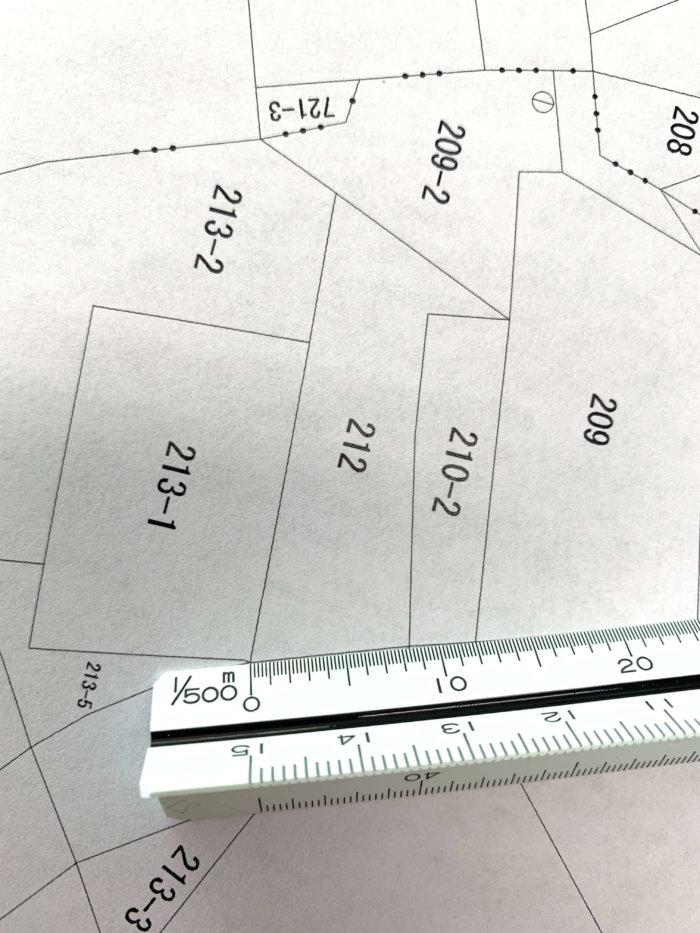 三角スケールで公図を測る画像